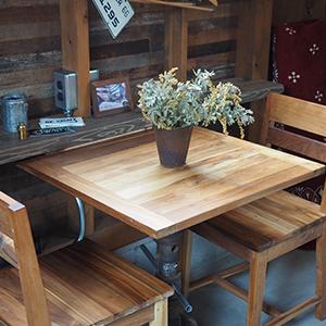 木製テーブルセットの画像